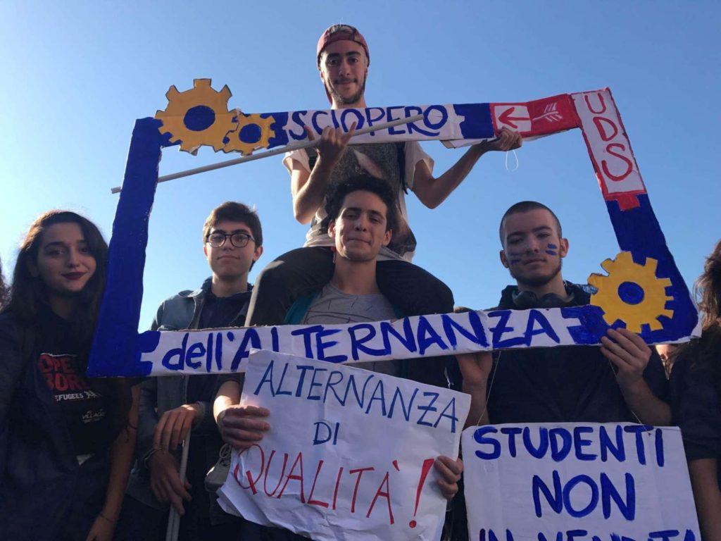 studenti in piazza per un'alternanza scuola lavoro di qualità