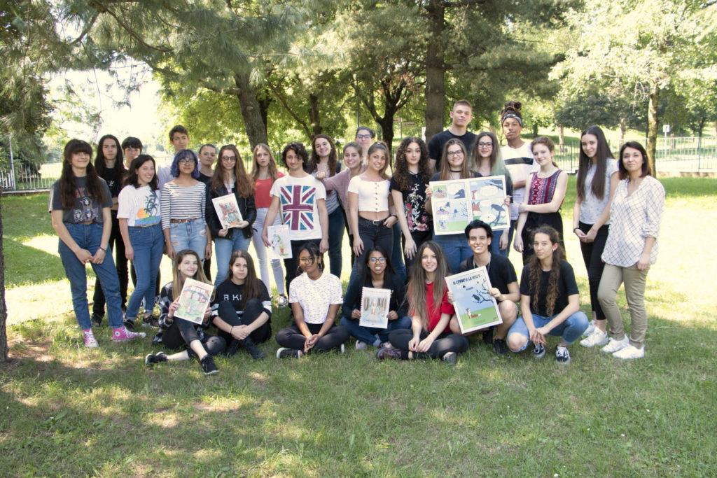 foto di gruppo per gli studenti del liceo artistico Fontana di Arese con la professoressa Passalacqua